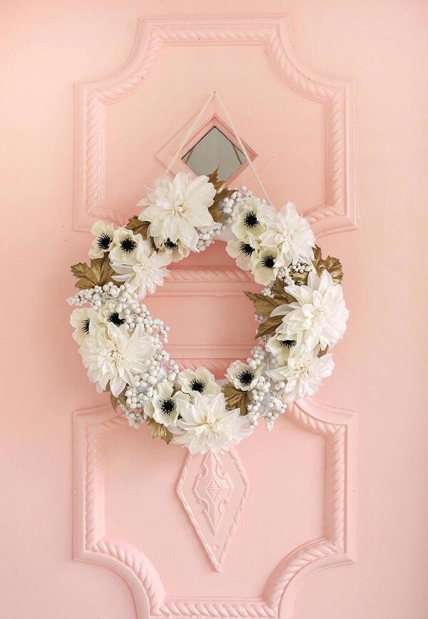 Enfeite de natal para porta feito com flores