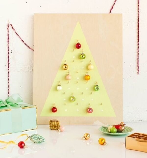 Árvore de Natal na parede feita estrutura de madeira