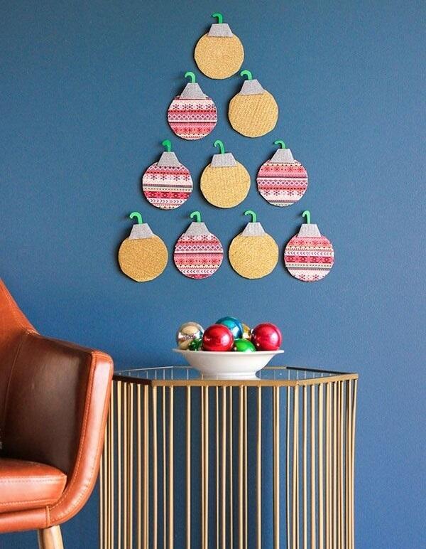 Árvore de Natal na parede simples feita enfeites natalinos