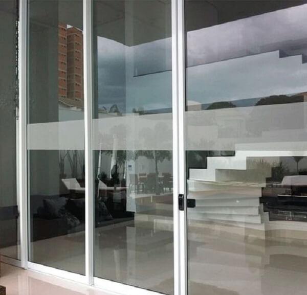 Porta com faixa delicada feita em vidro jateado