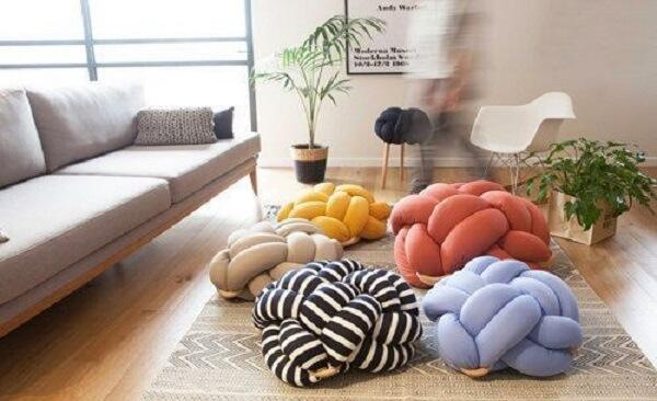 Almofadas do tipo nó em tons e estampas variadas