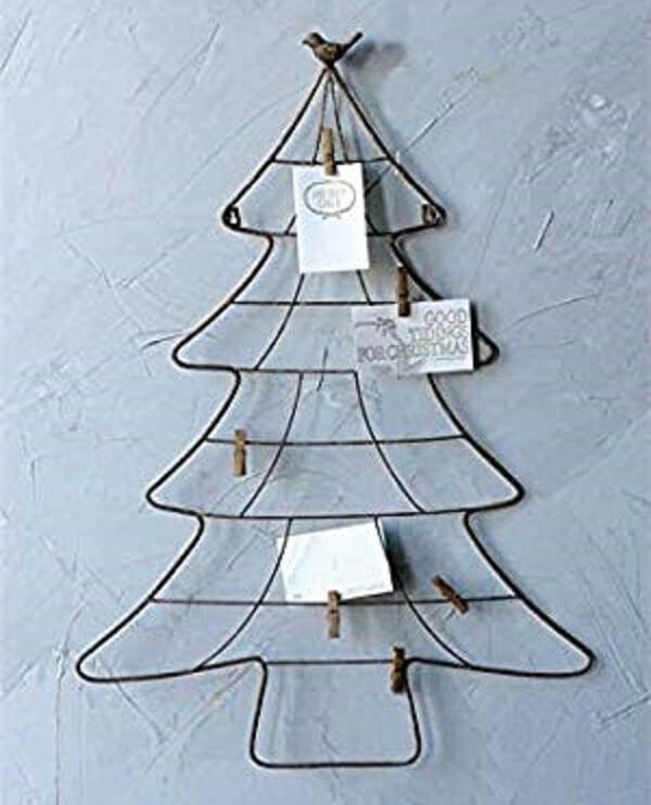 A árvore de Natal na parede foi com estrutura de arame