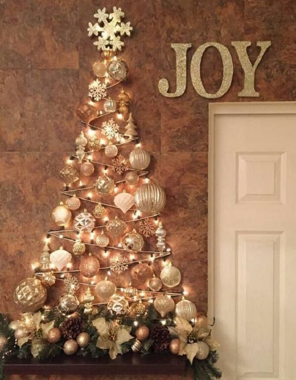 Árvore de Natal na parede feita com pisca pisca