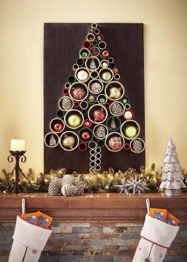 Árvore de Natal na parede feita com tubos de pvc