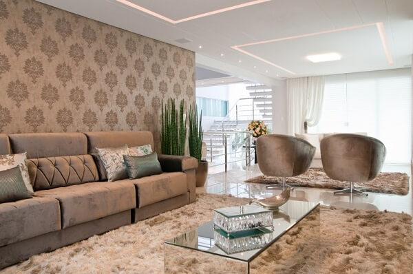 Sala de estar com sofá suede e poltronas giratórias