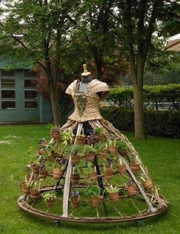 Estruture engenhosos enfeites para jardim, como esse suporte de plantas
