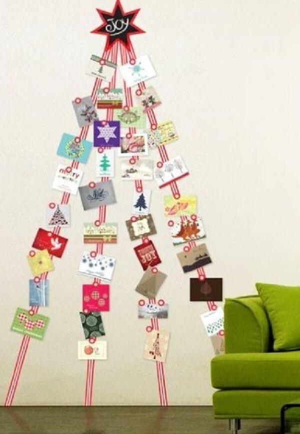 A árvore de Natal na parede foi feita com cartões natalinos