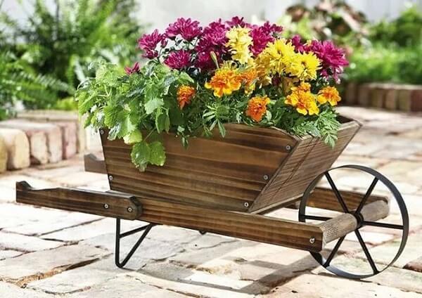 Enfeites para jardim feitos com madeira serve de apoio para vasos