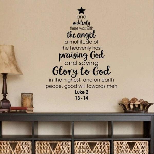 A árvore de Natal na parede foi feita com adesivos
