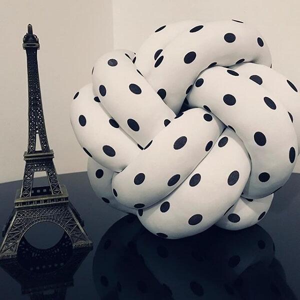 Almofada de nó estampada é puro charme na decoração