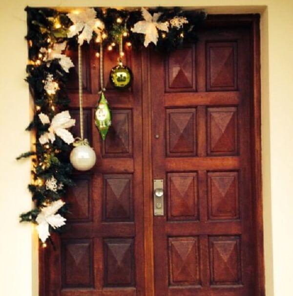 Aproveite o recuo da parede para incluir enfeites de natal para portas de entrada