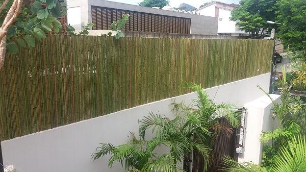 O terraço dessa casa recebeu o acabamento com cerca de bambu