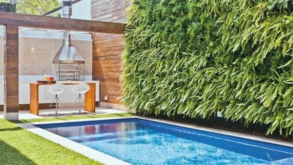 Área de lazer pequena pode ser decorada com jardim vertical artificial