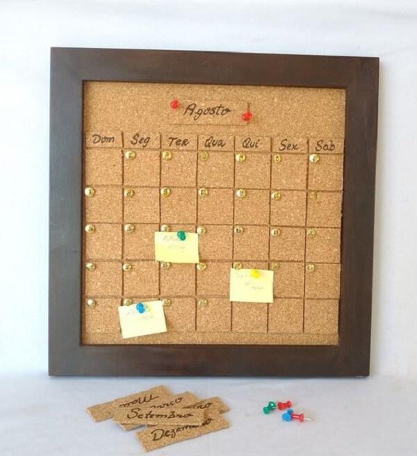 Quadro de cortiça com moldura marrom serve de calendário