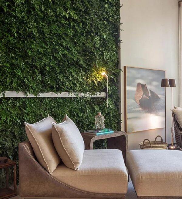 Cantinho especial da leitura recebeu uma parede revestida com jardim vertical artificial