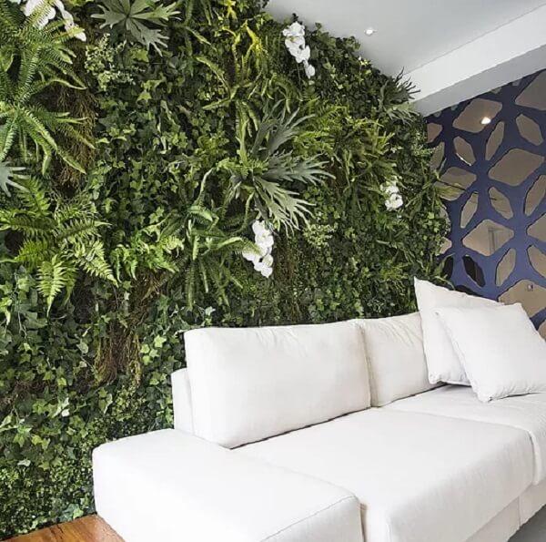 Varanda integrada decorada com jardim vertical artificial