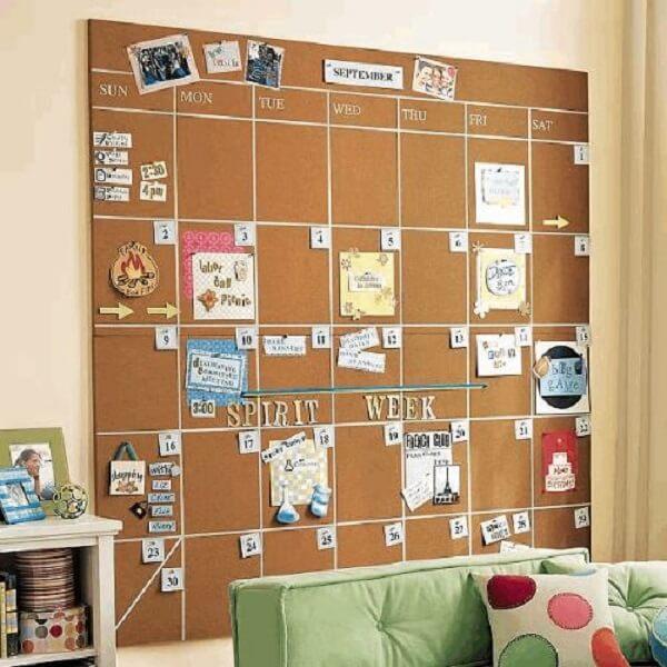 Monte um calendário na parede com o auxílio de um quadro de cortiça grande