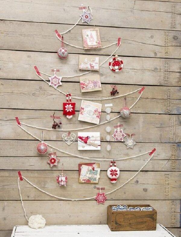 A árvore de Natal na parede foi feita com linha de barbante