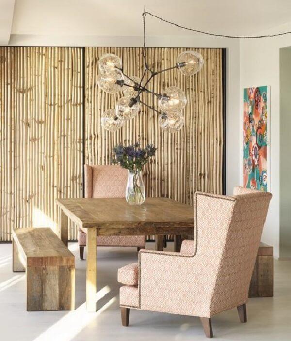A cerca de bambu decora o ambiente da sala de jantar