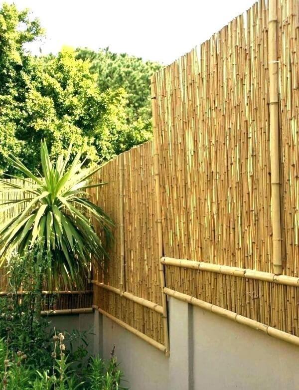 A cerca de bambu foi instalada em diferentes níveis nessa propriedade