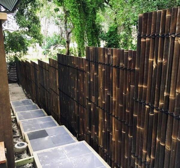 A cerca de bambu pode acompanhar a descida dos degraus de escada