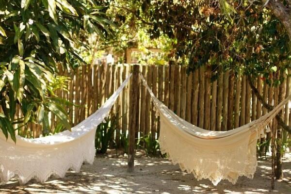 A cerca viva é excelente para decorar ambientes com rende de tecido
