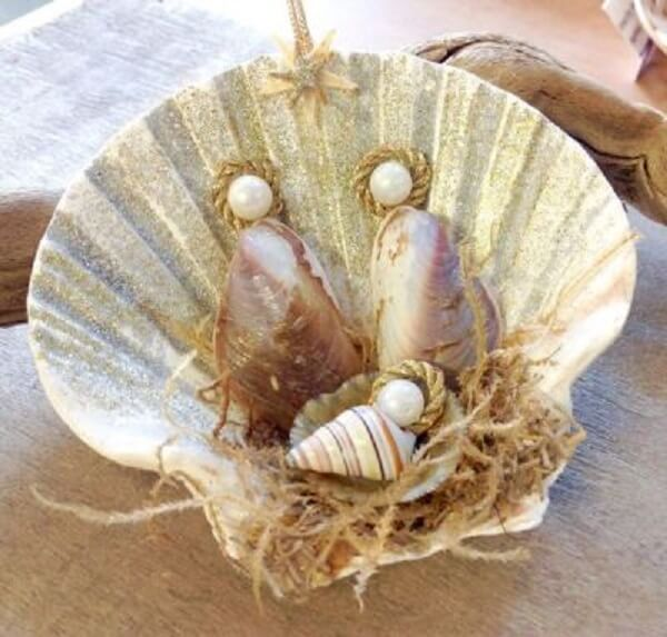 A concha serviu de base para acomodar o presépio artesanal