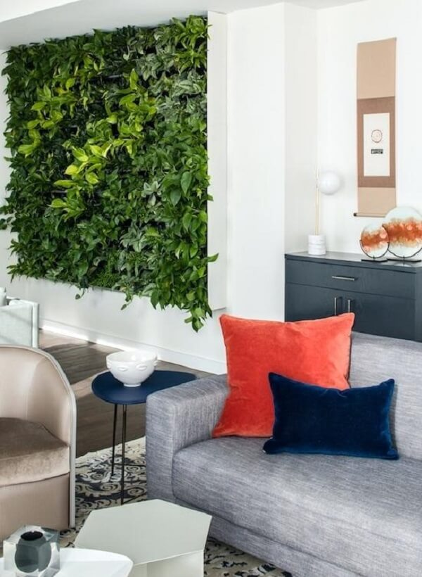 A parede da sala de estar pode receber um lindo jardim vertical artificial