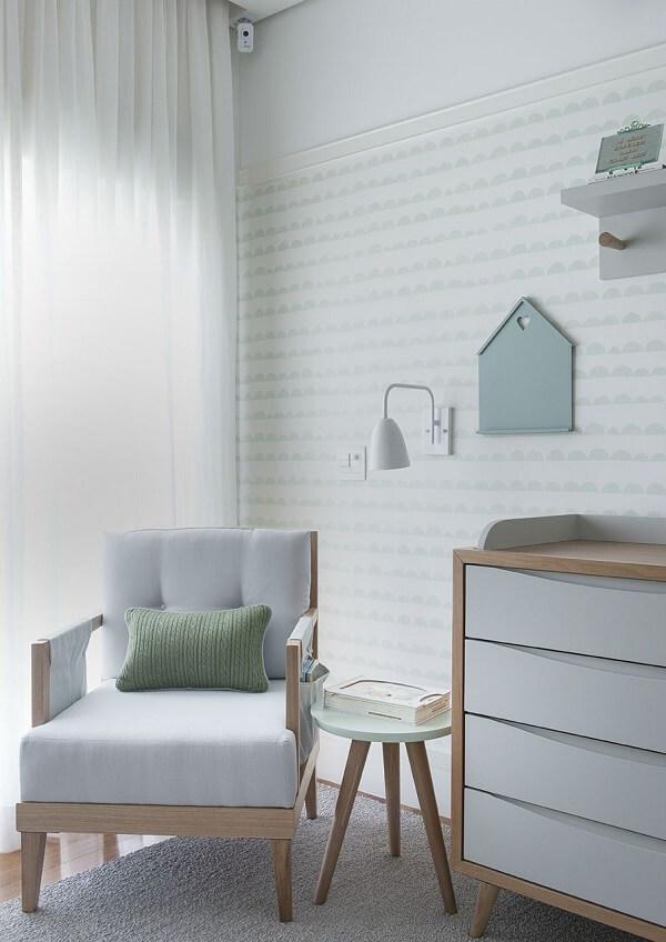 A poltrona cinza de amamentação se harmonizou com o design da cômoda