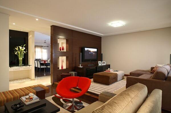 Opte por poltronas para sala de tv giratória, pois esses modelos integram ambientes