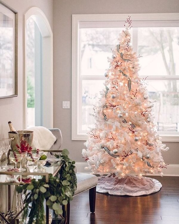 The round skirt hides the feet of the white Christmas tree