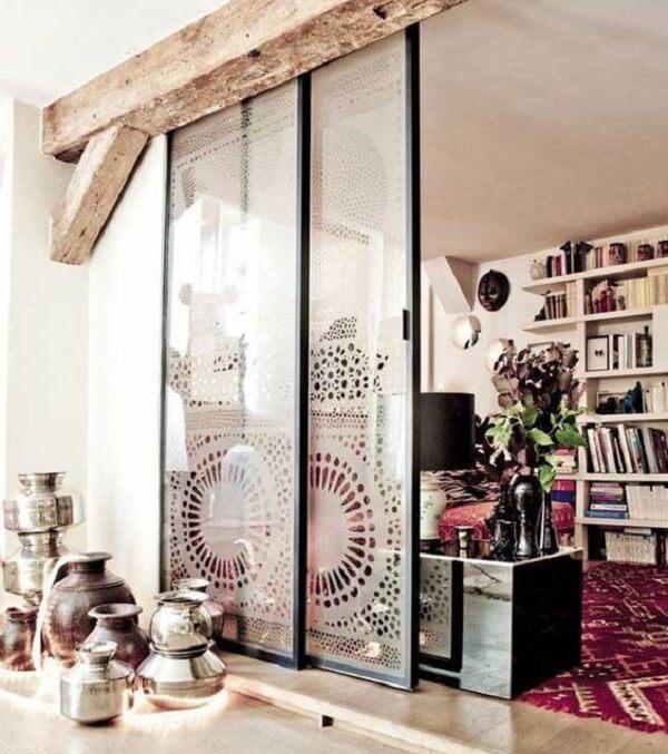 Porta com vidro jateado simboliza imagens de mandala