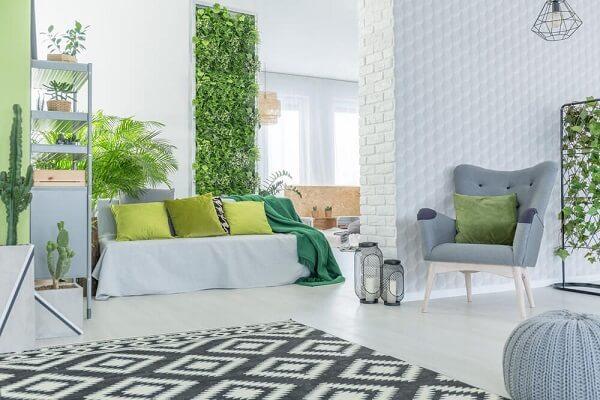 Ambiente clean com jardim vertical e tapete geométrico preto e branco