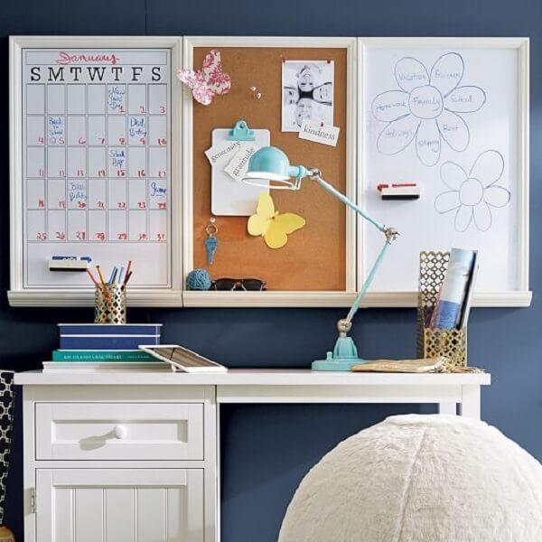 Ambiente com escrivaninha branca e quadro de cortiça