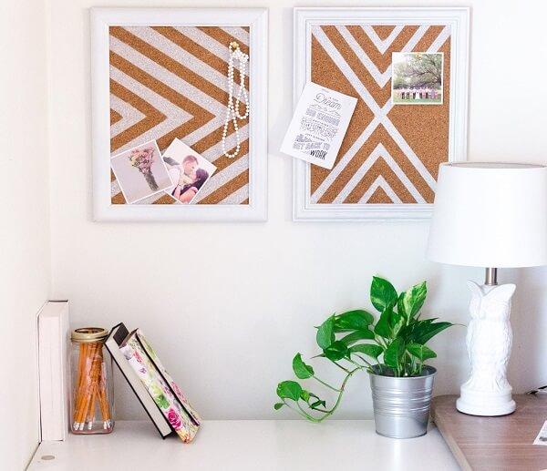 Ambiente com quadro de cortiça serve para fixação de fotos e artigos decorativos