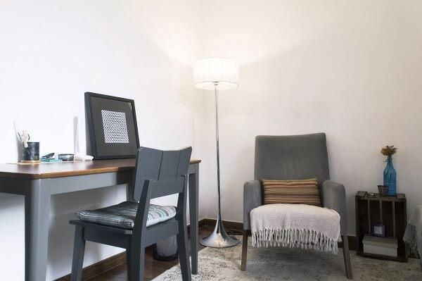 Ambiente decorado com cadeira e poltrona cinza