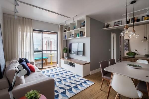 Apartamento com piso de madeira e tapete geométrico 200x250
