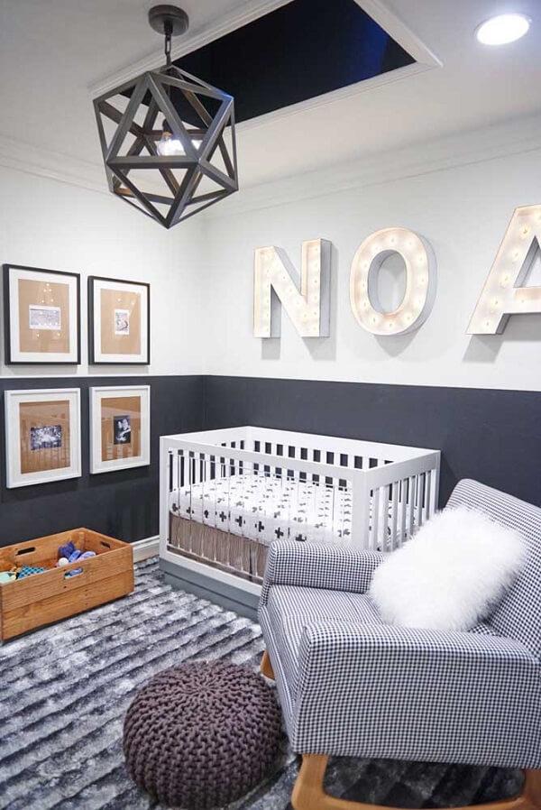 As letras decorativas do pequeno morador ocupam toda a parede do quarto