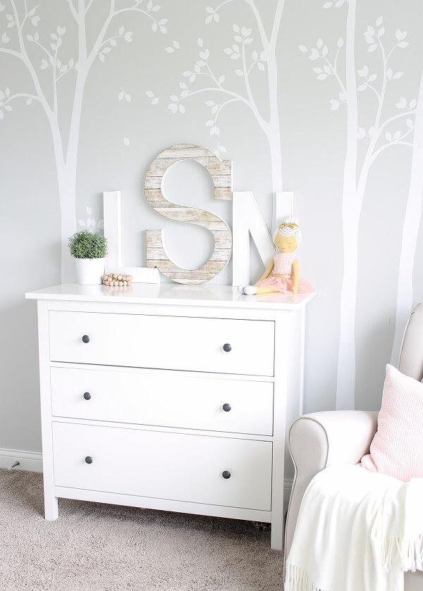 As letras decorativas foram posicionadas sobre a cômoda do quarto