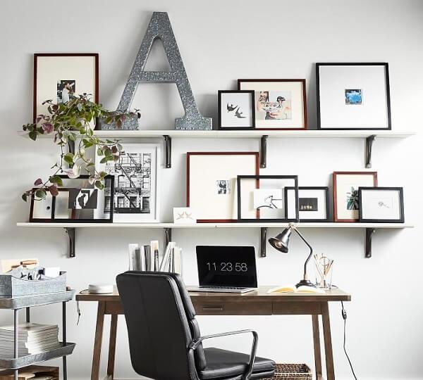 As letras decorativas podem ficar sobre prateleiras e estantes de forma discreta
