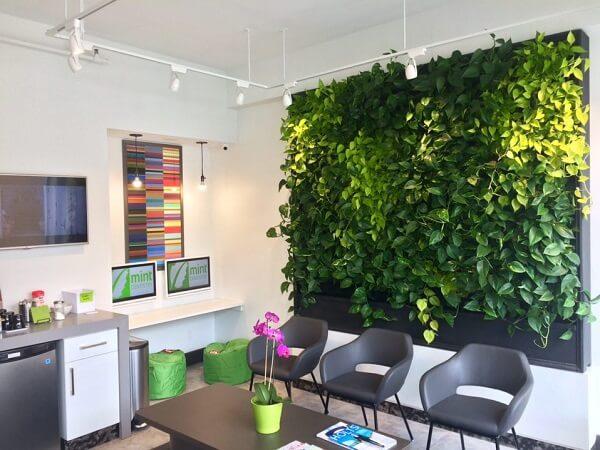 As luzes pontuais destacaram ainda mais o jardim vertical artificial fixado na parede