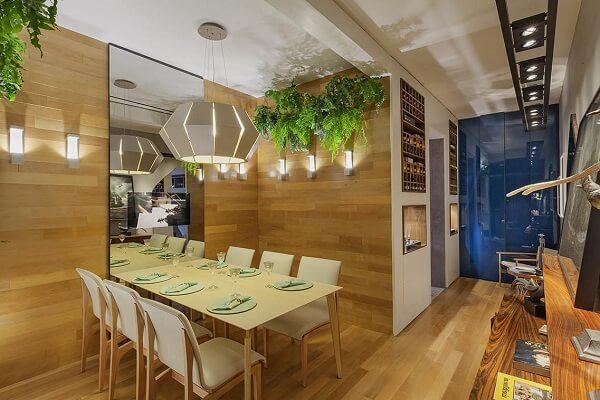 As samambaias da sala de jantar purificam o ar do ambiente
