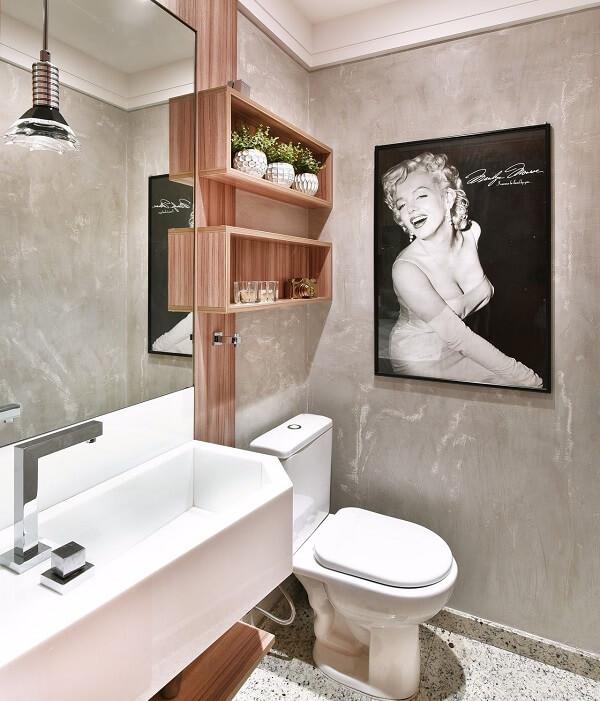 Banheiro com piso de granito claro e parede de cimento queimado