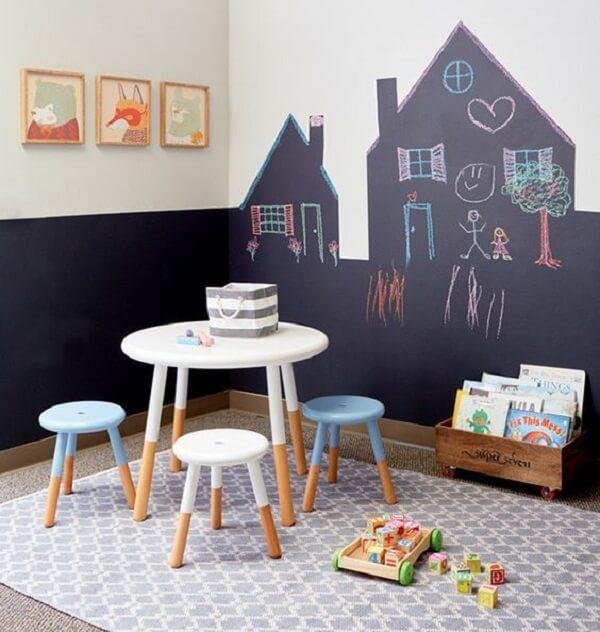 Cômodo com mobiliário de madeira infantil e tapete geométrico tapete geométrico 200x250 cinza e branco