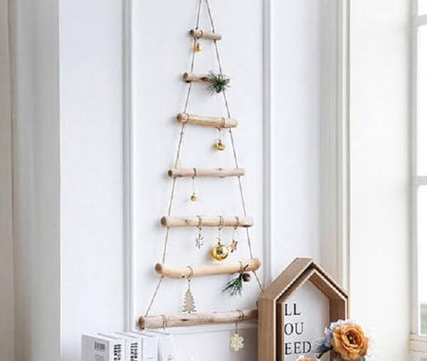 Árvore de Natal na parede feita com gravetos