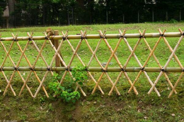 Casas de campo como chácaras e fazendas se utilizam muito da cerca de bambu