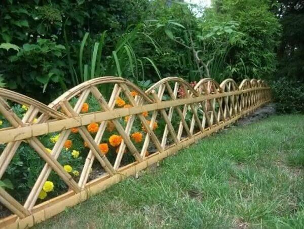 Cerca de bambu criativa para delimitação da área no jardim