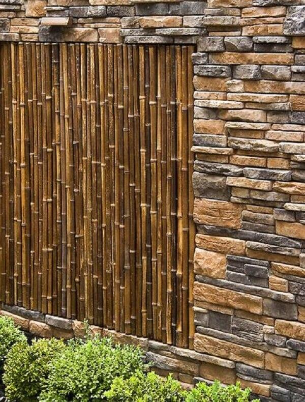Cerca de bambu e pedras realçam a beleza da área externa