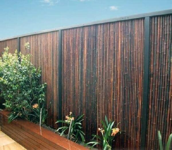 Cerca de bambu instalada em área externa