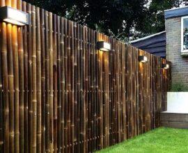 Cerca de bambu instalada no jardim delimita o terreno do imóvel